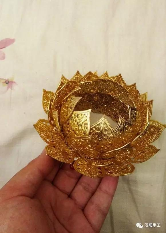 10、在底座上加上珠玉等装饰,遮挡捆绑花瓣时的铜线。另外,花瓣顶端也可以自己加点珍珠装饰。